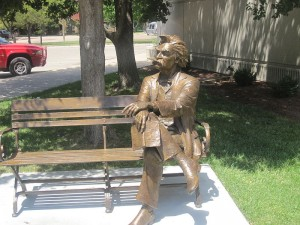 800px-Mark_Twain_statue,_Garden_City,_KS_IMG_5875